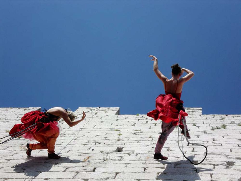 БЯЛО ДЕЙСТВИЕ (вертикален танц)