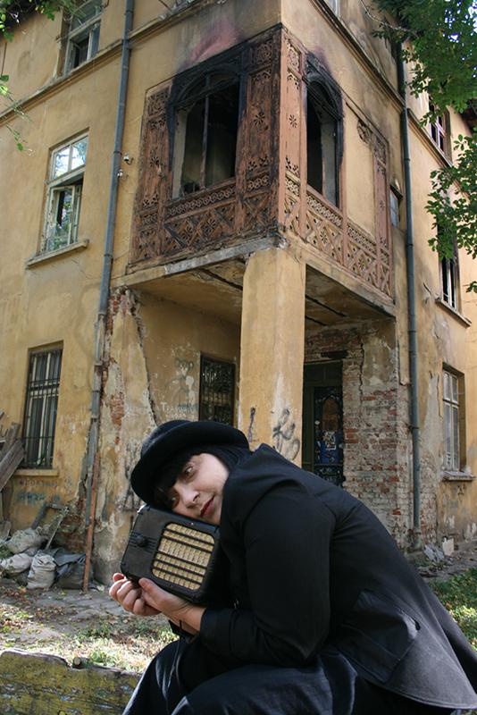 ЕДНО МАЛКО РАДИО – моноспектакъл на Мая Новоселска